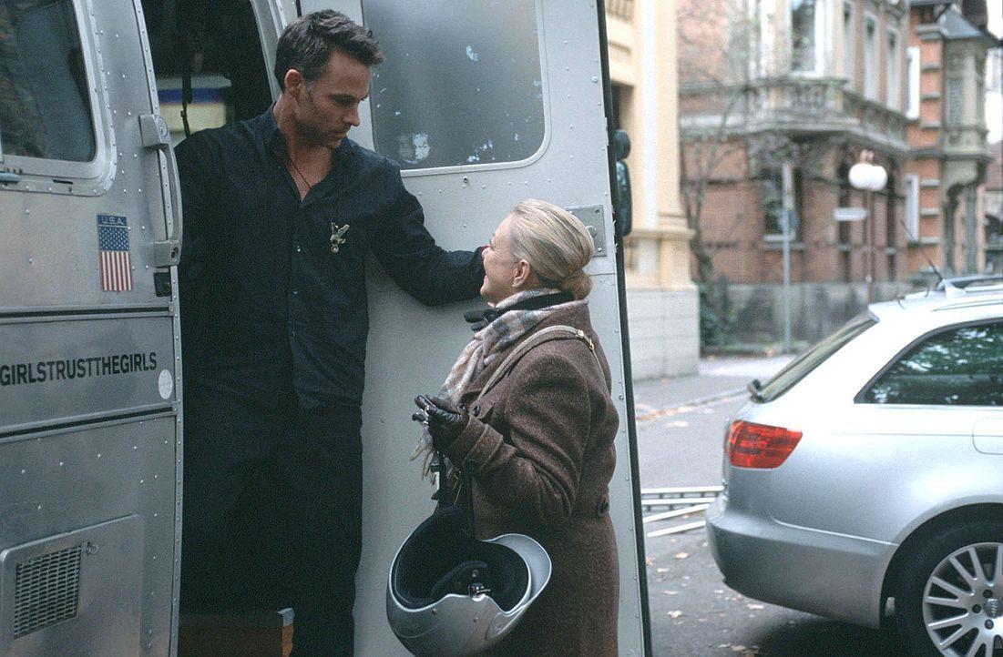 """Robert (Marco Girnth, l.) und Pauls Sekretärin Edna (Barbara Schöne, r.) unterstützen Marie bei ihrem Unternehmen """"Wie verführ' ich meinen Ehemann""""... - Bildquelle: Ronny Lang Sat.1"""