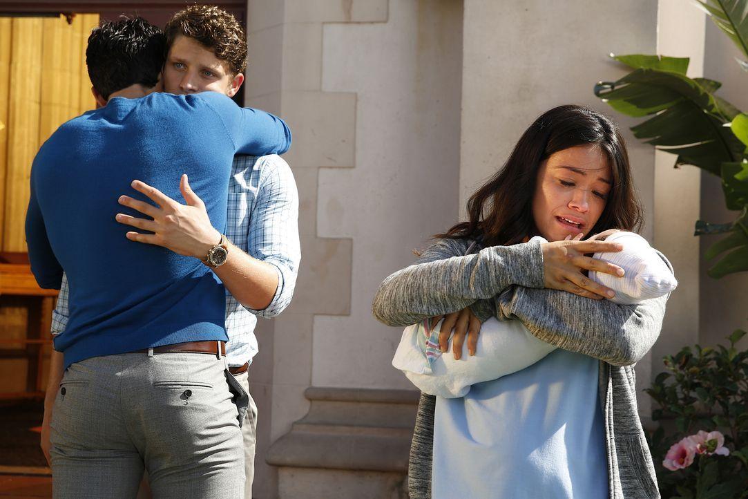 Michael (Brett Dier, M.) hat Mateo zurückgebracht. Rafael (Justin Baldoni, M.) und Jane (Gina Rodriguez, r.) sind überglücklich darüber ... - Bildquelle: Greg Gayne 2015 The CW Network, LLC. All Rights Reserved.