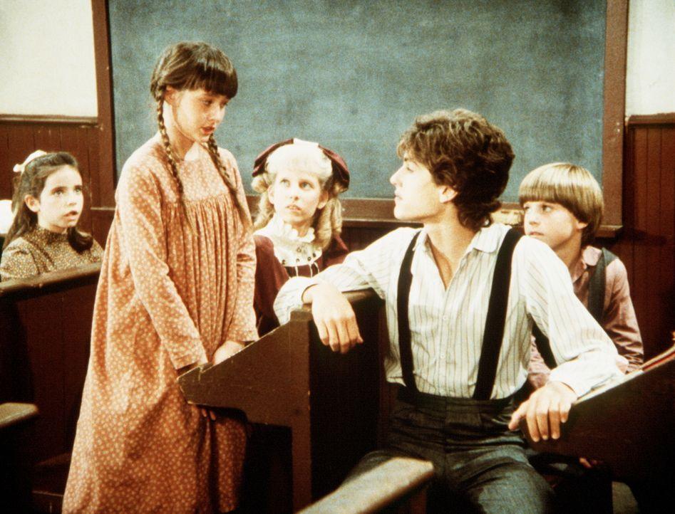 Jenny Wilder (Shannen Doherty, 2.v.l.) erzählt den Kindern in der Schule von ihrem Unfall. - Bildquelle: Worldvision