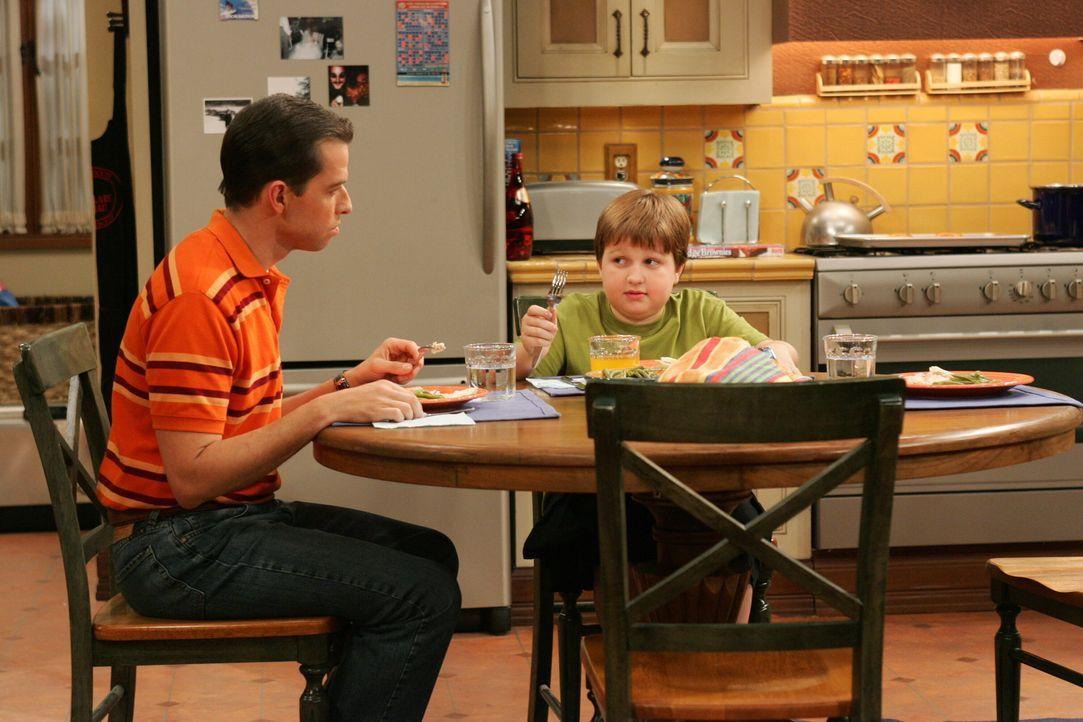 Alan (Jon Cryer, l.) will Jake (Angus T. Jones, r.) lernen, dass er nur Cremetörtchen von einer Klassenkameradin annehmen soll, wenn er sie wirklich... - Bildquelle: Warner Brothers Entertainment Inc.