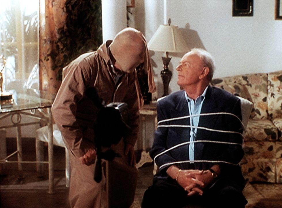 Tim (Tim Conway, l.), der erfolglose Komiker, hat seinen Ex-Partner Harvey (Harvey Korman, r.) gefesselt, den er aus Eifersucht umbringen will. - Bildquelle: Viacom