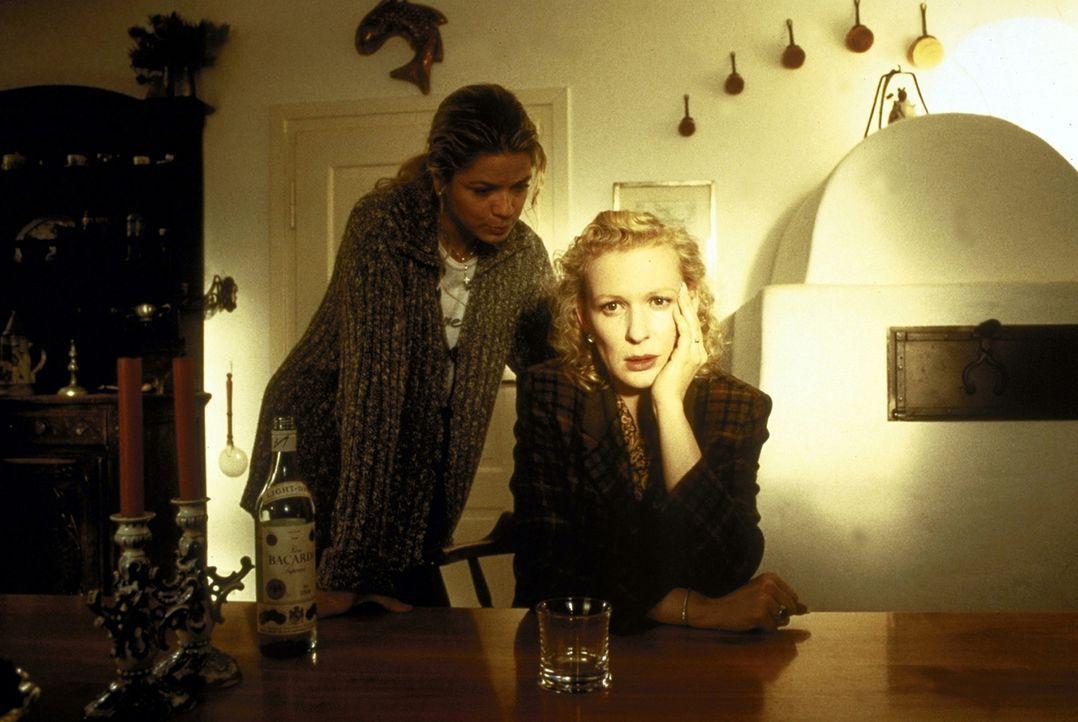 Laura Decker (Diana Frank, l.) ist sich sicher, dass es jemand auf ihre Familie abgesehen hat. Ihre Nachforschungen machen auch vor Connie (Sunnyi M... - Bildquelle: Magdalena Mate ProSieben