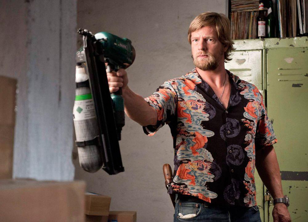 Da sich die Tatwaffe, ein Druckluftnagler, an Bord eines der gestohlenen und geplünderten Paketfahrzeuge befand, hegt Mick (Henning Baum) schon bal... - Bildquelle: Martin Rottenkolber SAT. 1