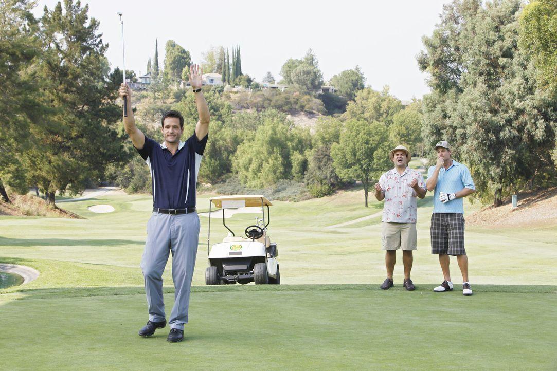 Während Grayson (Josh Hopkins, l.), Bobby (Brian Van Holt, r.) und Andy (Ian Gomez, M.) einen gemeinsamen Golftag verbringen, hat Jules Probleme mi... - Bildquelle: 2009 ABC INC.