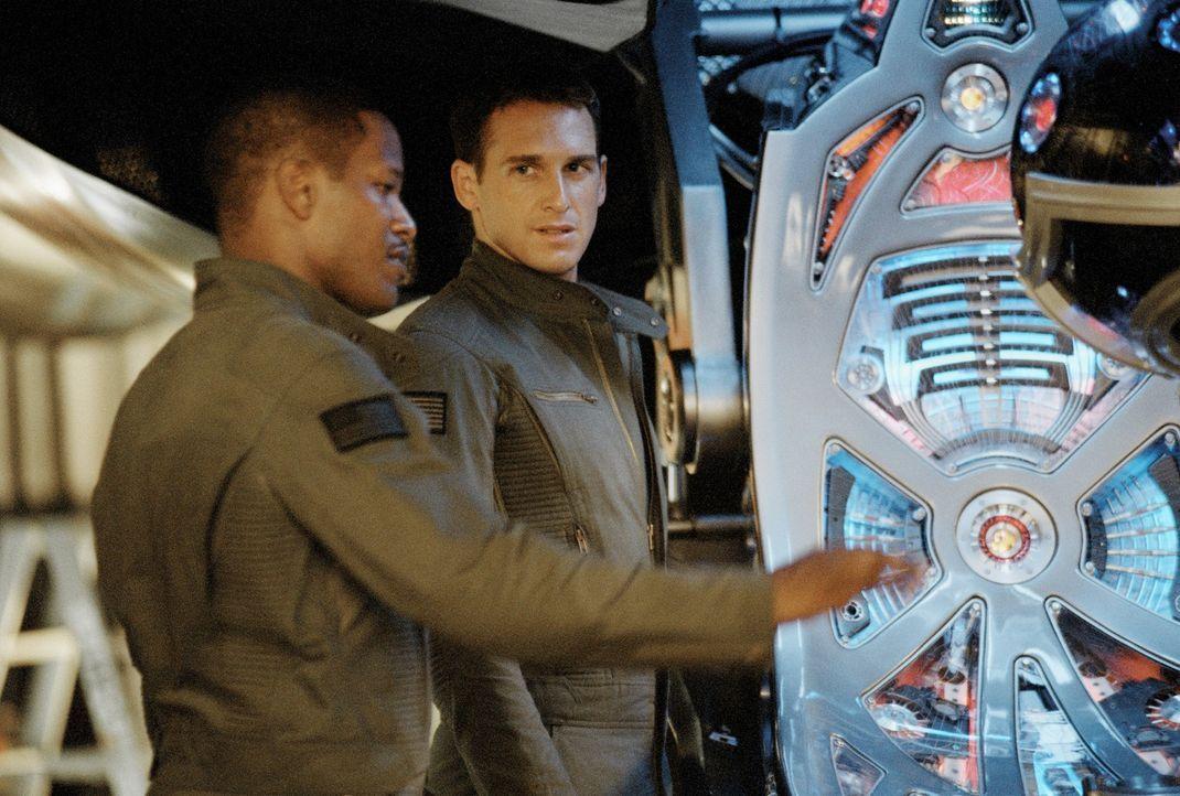 Die Stealth-Piloten Henry Purcell (Jamie Foxx, l.) und Lt. Ben Gannon (Josh Lucas, r.) ahnen noch nicht, dass sie sich schon bald mit einem bösartig... - Bildquelle: 2005 Columbia Pictures Industries, Inc. All Rights Reserved.