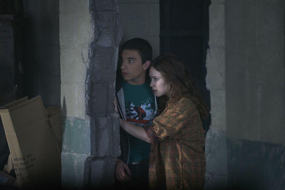 Wird Jeremy ihnen helfen oder lässt er Katia (Sofia Banzhaf, r.), Alexei (Alex Ozerov, l.) und ihren Vater an den russischen Alpha ausliefern? - Bildquelle: 2016 She-Wolf Season 3 Productions Inc.