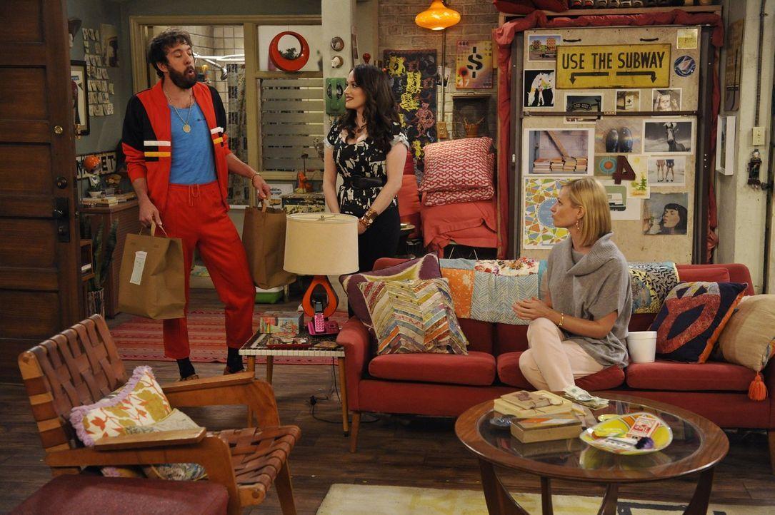 Während Oleg (Jonathan Kite, l.) und Sophie immer noch probieren schwanger zu werden, stellt Caroline (Beth Behrs, r.) fest, dass Max (Kat Dennings,... - Bildquelle: Warner Brothers