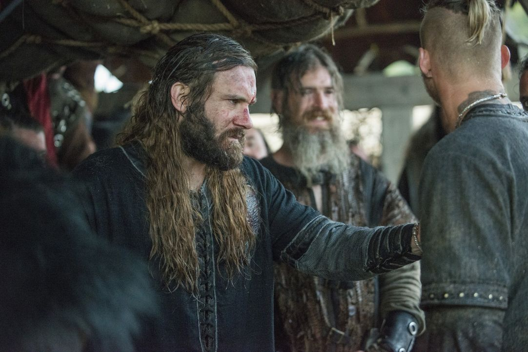 Ragnar kündigt einen neuen Raubzug an, während Rollo (Clive Standen) im Gespräch mit dem Seher eine interessante Prophezeiung bekommt ... - Bildquelle: 2015 TM PRODUCTIONS LIMITED / T5 VIKINGS III PRODUCTIONS INC. ALL RIGHTS RESERVED.