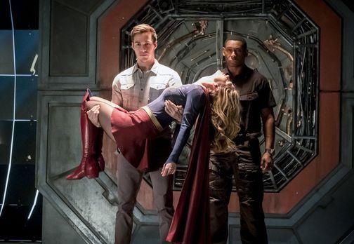 Mon-El (Chris Wood, l.) und J'onn (David Harewood, r.) tauchen mit einer vom...