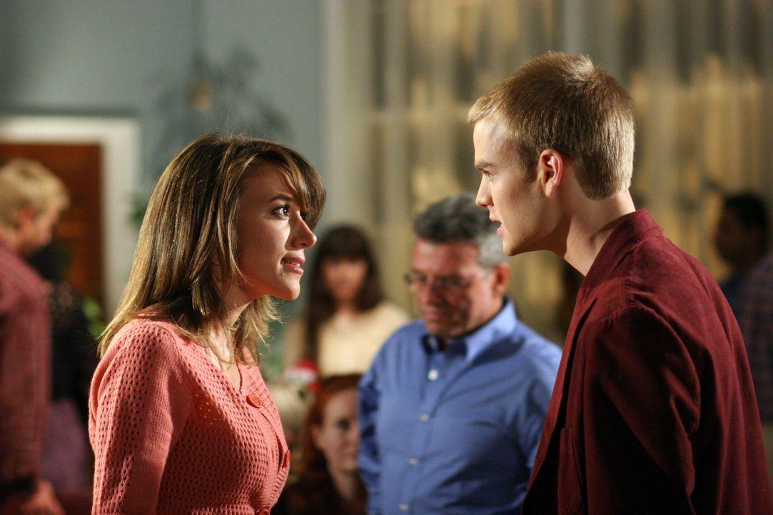 Während alle darauf hoffen, dass sich Simon (David Gallagher, r.) endlich von seiner unbeliebten Freundin trennen will, möchte dieser lediglich über... - Bildquelle: The WB Television Network