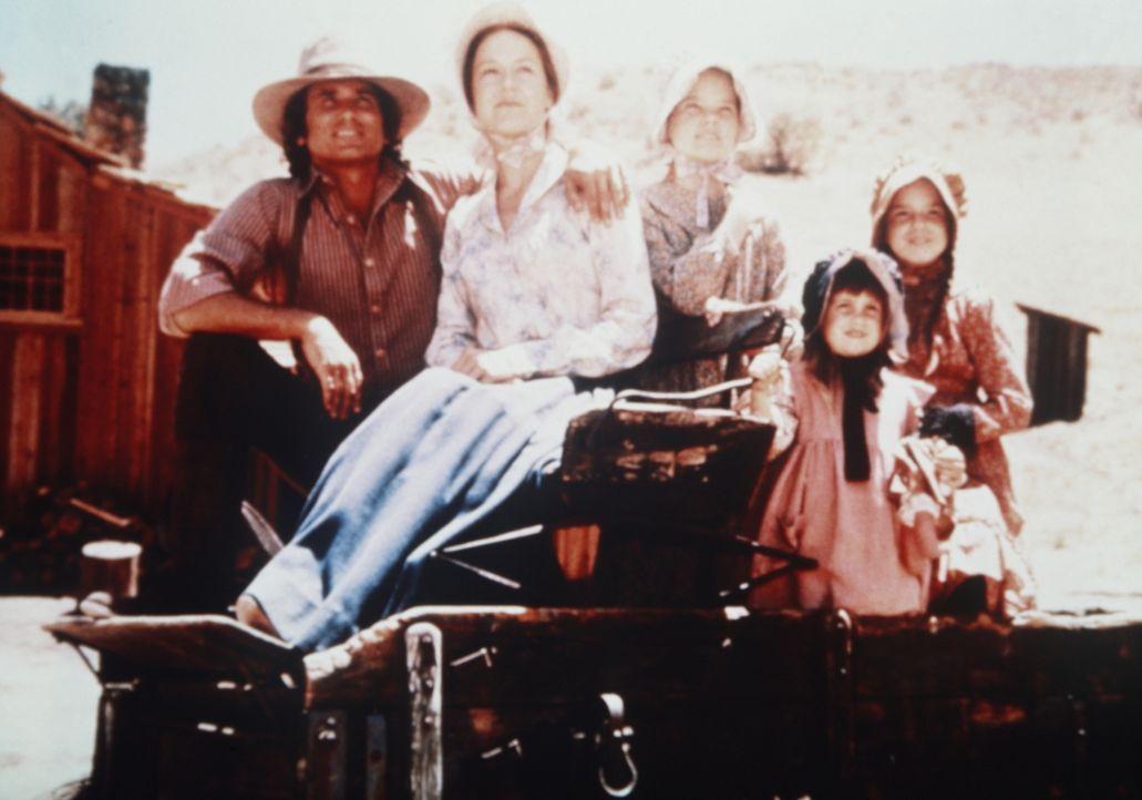 (v.l.n.r.) Charles (Michael Landon) und Caroline Ingalls (Karen Grassle) lieben das Leben mit ihren Kindern Mary (Melissa Sue Anderson), Carrie (Lin... - Bildquelle: Worldvision