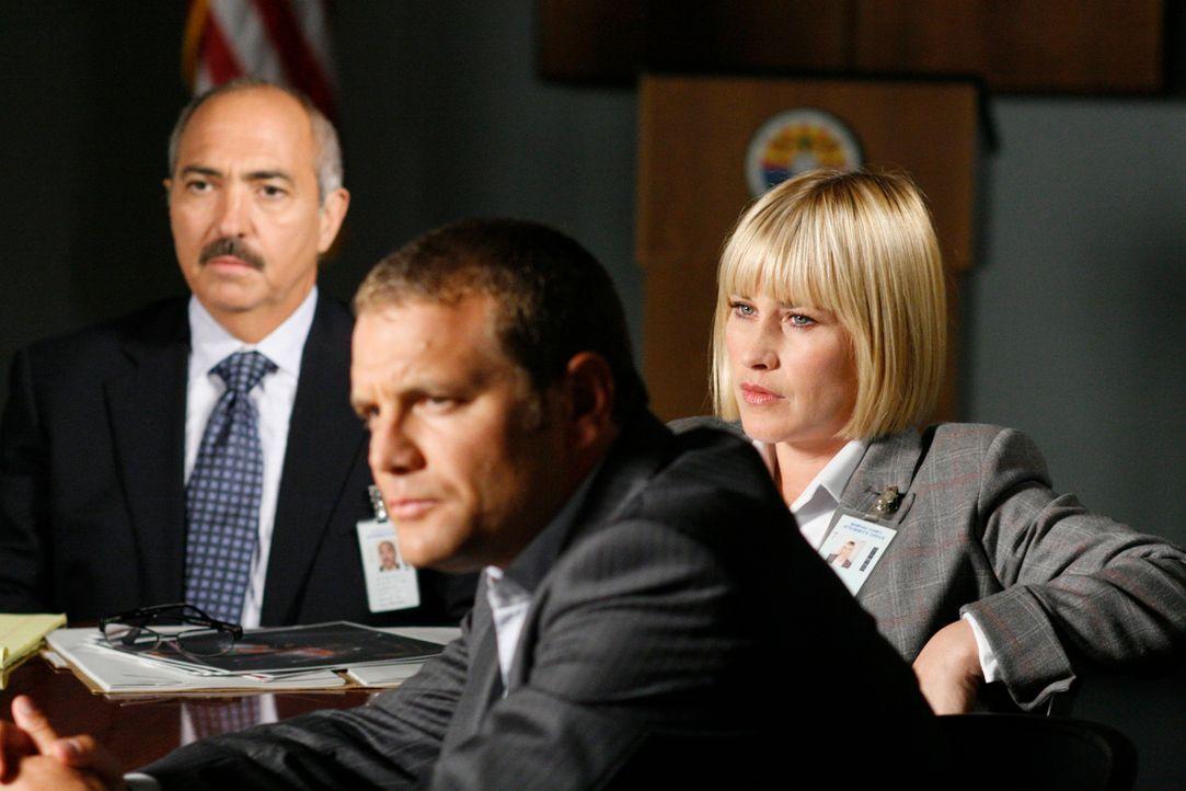 (v.l.n.r.) Devalos (Miguel Sandoval), Scanlon (David Cubitt) und Allison (Patricia Arquette) verhören die Verdächtige Diana ... - Bildquelle: Paramount Network Television