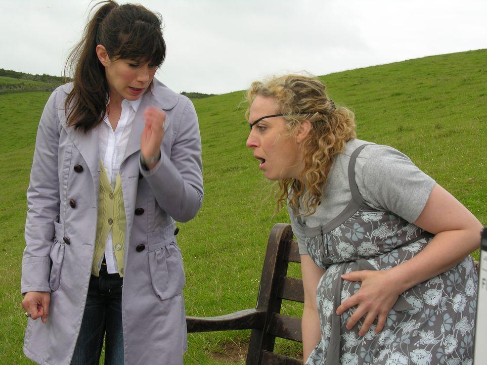 Als Louisa (Caroline Catz, l.) klar wird, dass Isobel (Amanda Abbington, r.) kurz vor der Entbindung steht, kann nur noch einer helfen: Doc Martin ... - Bildquelle: BUFFALO PICTURES/ITV
