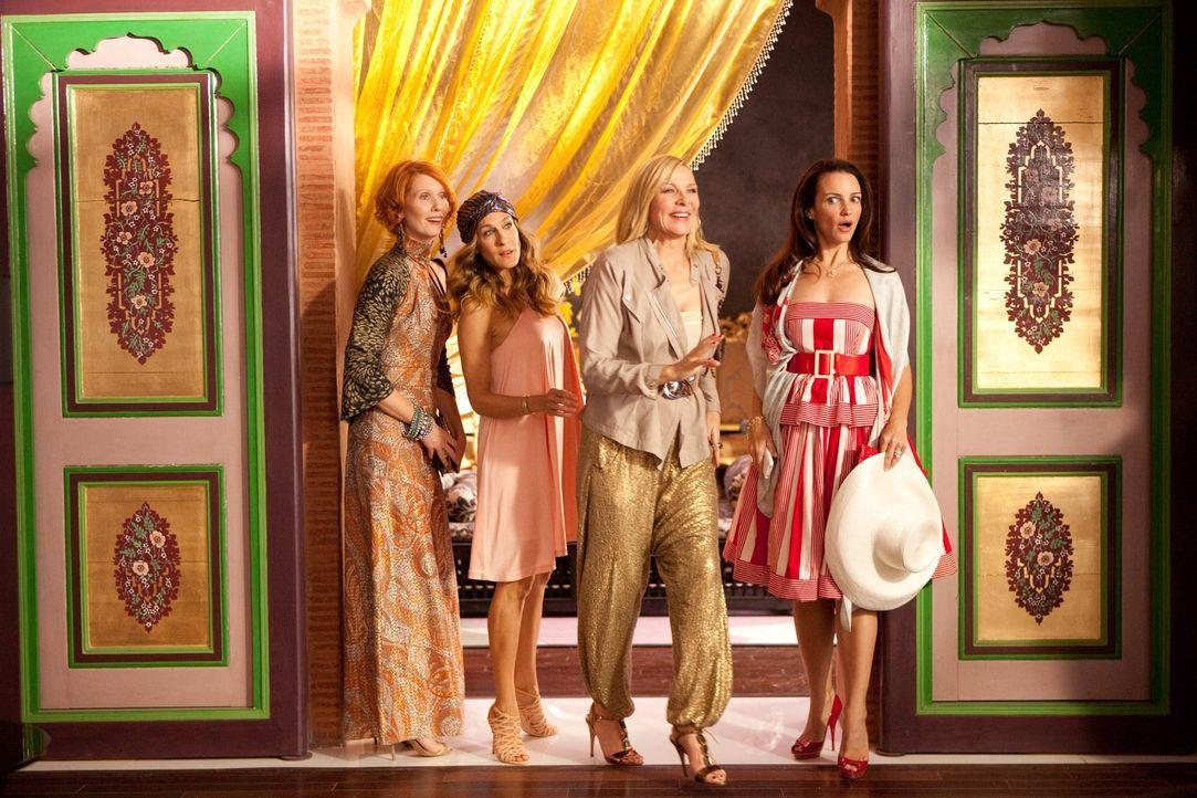 Ablenkung von all ihren Sorgen, Nöten und Ängsten soll eine Woche Luxusurlaub in Abu Dhabi schaffen - und tatsächlich blühen die Carrie (Sarah Jessi... - Bildquelle: Warner Brothers