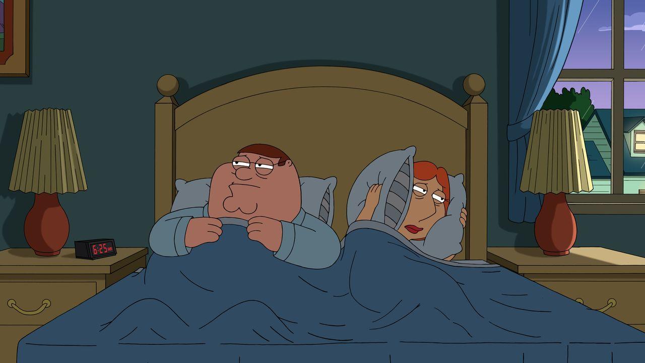 Die anfängliche Freude ist bei Peter (l.) und Lois (r.) bald verflogen, als sich der neue Star-Nachbar als Party-Nachbar herauskristallisiert ... - Bildquelle: 2016-2017 Fox and its related entities.  All rights reserved.