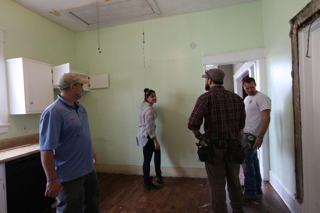 Noch glauben Lex (2.v.l.), Trey (2.v.r.) und ihr Bauarbeiterteam, dass sie mit der Arbeit im Haus gut vorankommen, doch dann warten immer wieder kle... - Bildquelle: 2015,HGTV/Scripps Networks, LLC. All Rights Reserved