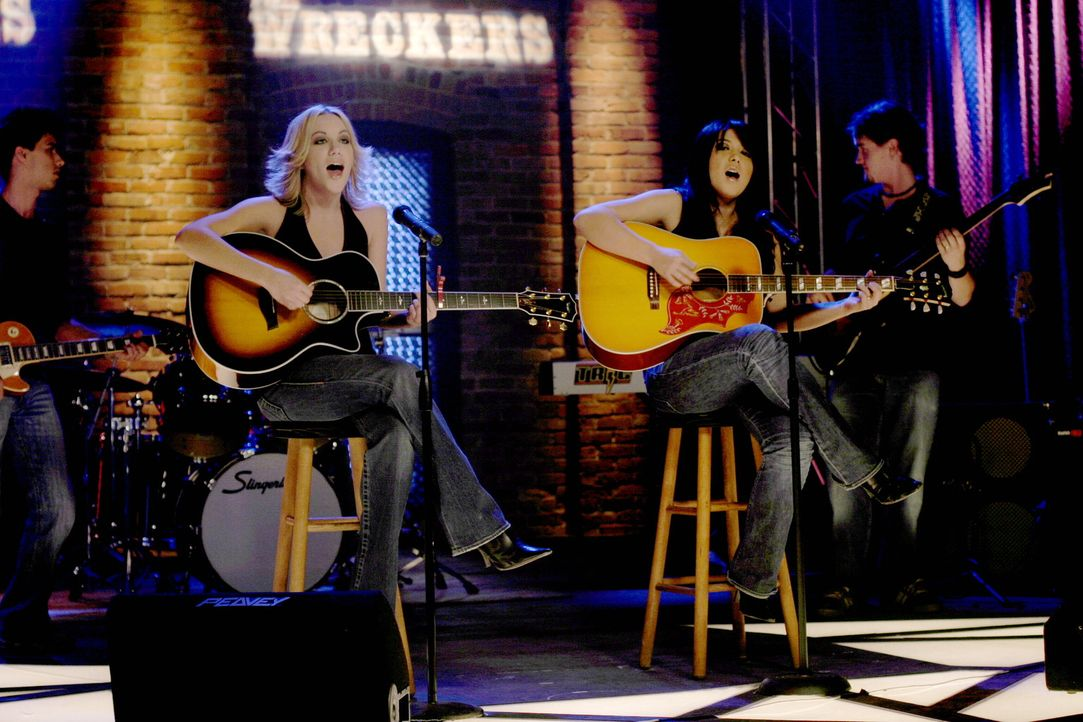 """Der Auftritt von """"The Wreckers"""" (Michelle Branch, M.r. und Jessica Harp, M.l.) ist ein voller Erfolg ... - Bildquelle: Warner Bros. Pictures"""