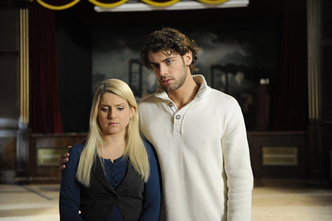 Anna (Jeanette Biedermann, l.) und Jonas (Roy Peter Link, r.) sind enttäuscht, denn als sie sich von ihren Team mit einem Umtrunk verabschieden wol... - Bildquelle: SAT.1