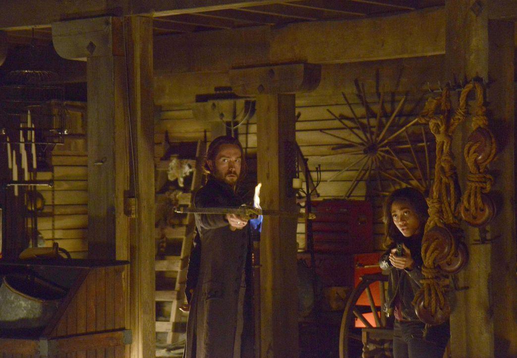 Als Abbie (Nicole Beharie, r.) und Ichabod (Tom Mison, l.) auf einer alten Farm nach dem Rechten schauen, treffen sie dort auf eine Überraschung ... - Bildquelle: 2014 Fox and its related entities. All rights reserved