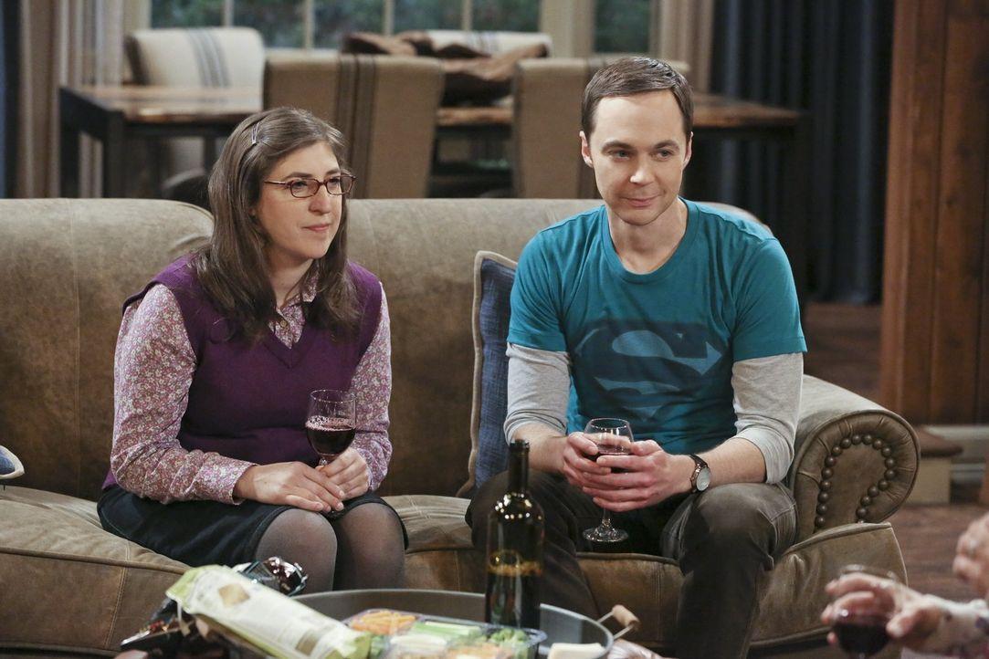 Sheldon (Jim Parsons, r.) lässt sich von Amy (Mayim Bialik, l.) überreden, das Wochenende mit Leonard und Penny in einer Waldhütte zu verbringen. Ei... - Bildquelle: 2016 Warner Brothers