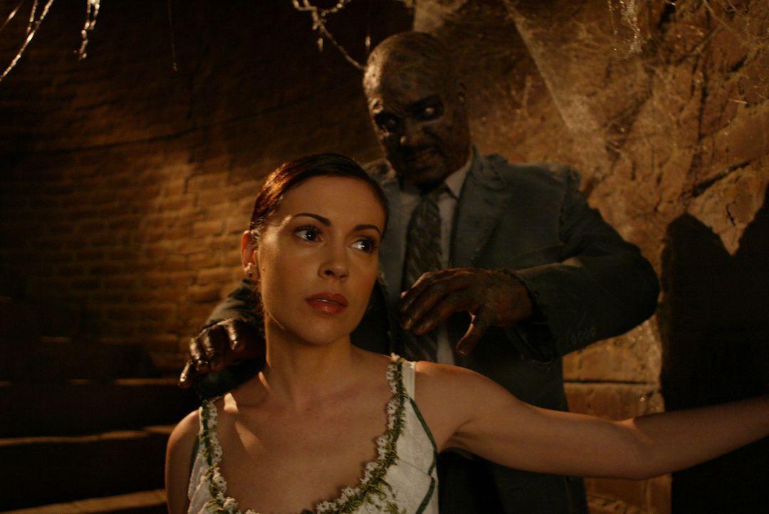 Phoebe (Alyssa Milano, l.) wird von der Vergangenheit grausam eingeholt ... - Bildquelle: Paramount Pictures