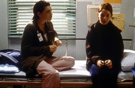 Emergency Room - Die minderjährige Natalie (Morgan Nagler, r.) erzählt Hathaw...