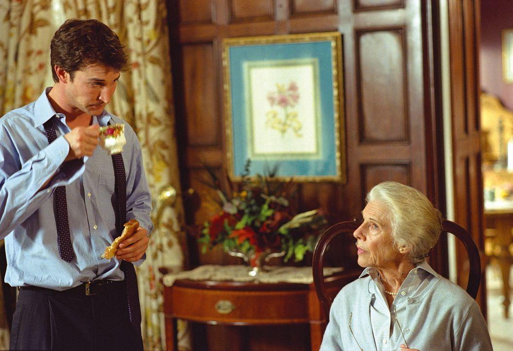 Carter (Noah Wyle, l.) versucht, seiner Großmutter Millicent (Frances Sternhagen, r.) klarzumachen, dass sie in Zukunft aufs Autofahren verzichten... - Bildquelle: TM+  WARNER BROS.