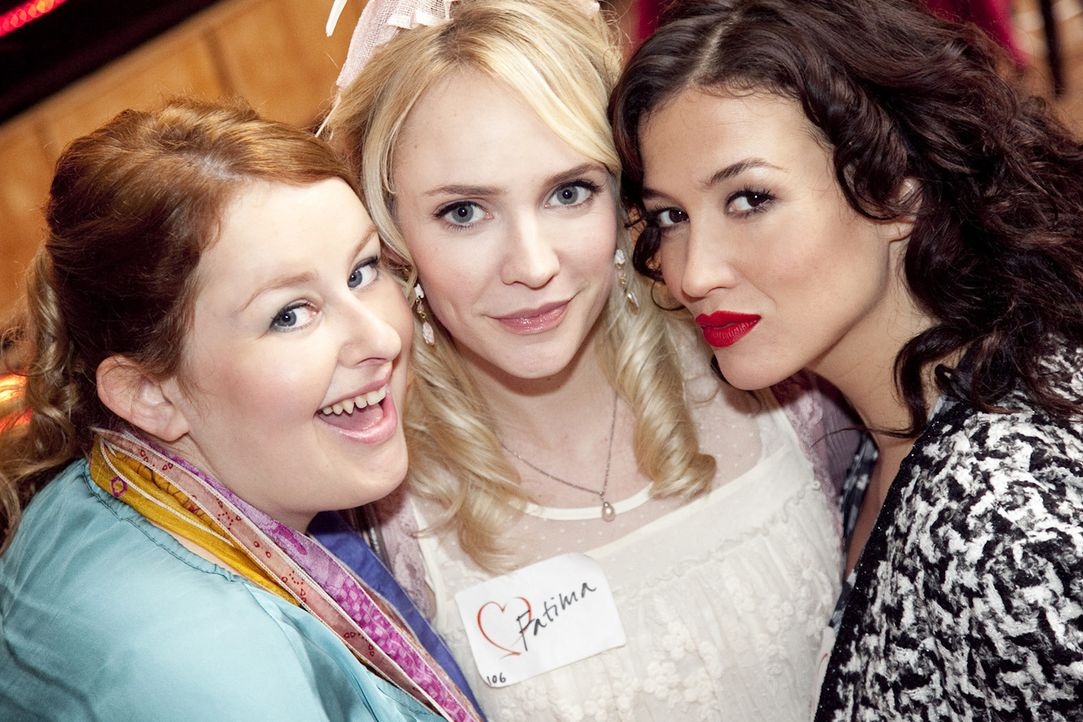 (3. Staffel) - Fatima Prins (Bracha van Doesburgh, M.), Stella Deporter (Katja Schuurman, r.) und Nienke Meppelink (Eva van der Gucht, l.) durchsteh... - Bildquelle: SBS