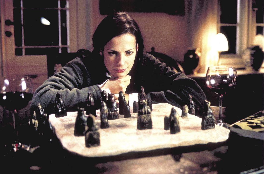 Noch fehlen Jill (Bettina Zimmermann) einige Figuren des ältesten Schachspiels der Welt. Doch sie ahnt schon, wie sie die kleinen Statuen in ihren B... - Bildquelle: Jeanne Degraa ProSieben