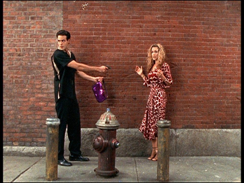 Auch das ist das Leben in Manhattan: In einer Seitenstraße wird Carrie (Sarah Jessica Parker, r.) ausgeraubt. - Bildquelle: Paramount Pictures