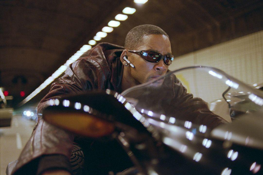Im Visier entfesselter Maschinen, die ihm nach dem Leben trachten: Detective Del Spooner (Will Smith) ... - Bildquelle: 2004 Twentieth Century Fox Film Corporation. All rights reserved.