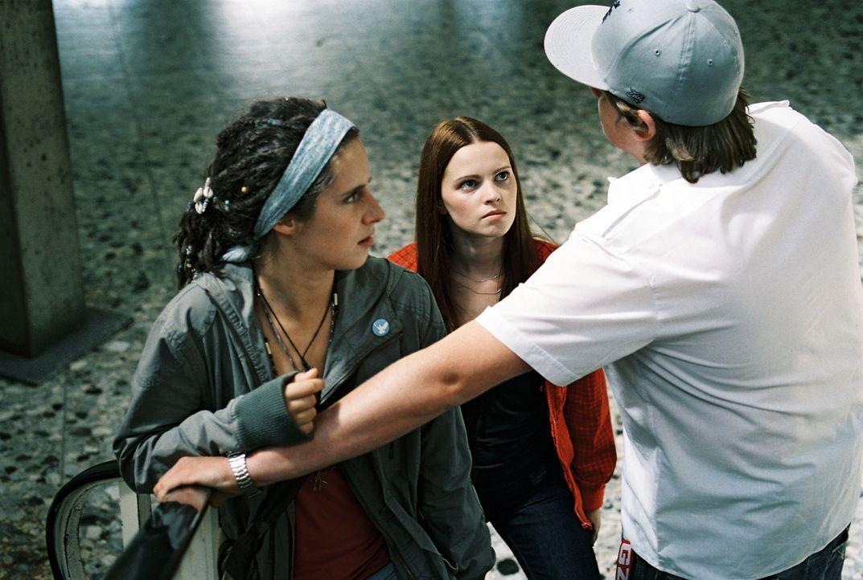 Schon am 3 Tag des Experiments müssen Karo (Jennifer Ulrich, M.) und Mona (Amelie Kiefer, l.) erkennen, dass ihre Klassenkameraden (Maximilian Vollm... - Bildquelle: Constantin Film