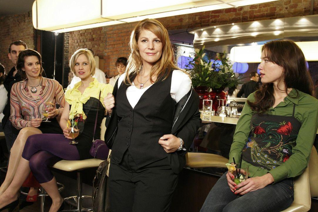 Die Hypnose wirkt: Dette (Sophie Schütt, M.) traut sich in der Karaoke-Bar auf die Bühne ... - Bildquelle: Noreen Flynn Sat.1