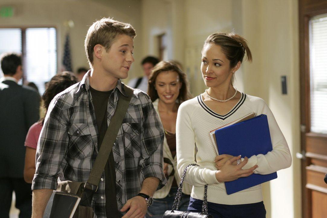 Tayler (Autumn Reeser, r.) quetscht Ryan (Benjamin McKenzie, l.) aus, wie ernst die Beziehung zwischen Summer und Seth ist ... - Bildquelle: Warner Bros. Television