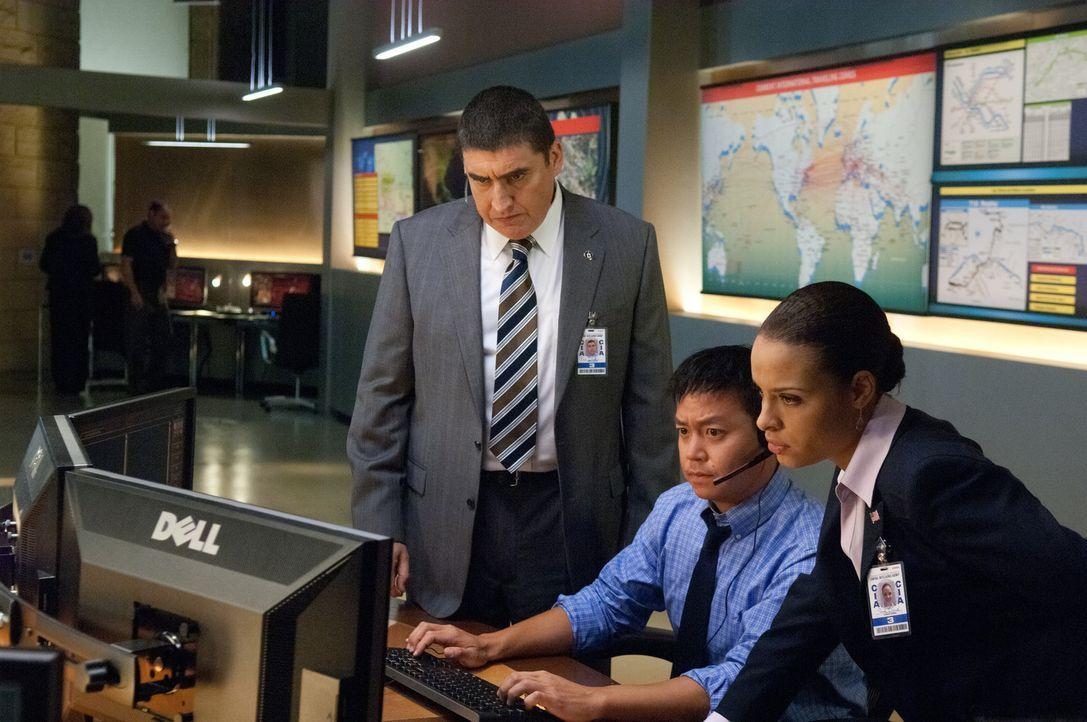 CIA-Chef Burton (Alfred Molina, l.) und seine Leute versuchen alles, um Nathan vor der mörderischen Truppe des gefährlichen Waffenhändlers Kozlow... - Bildquelle: 2011, Vertigo Entertainment, Gotham Group, Tailor Made, Quick Six Entertainment, Lionsgate Films Inc.