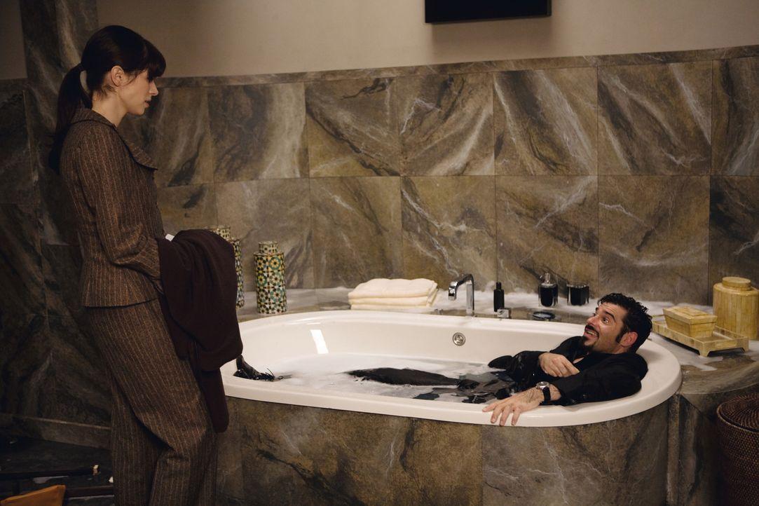 Als Toni (Rick Kavanian, r.) einen neuen Auftrag bekommt, lernt er die schusselige Julia (Nora Tschirner, l.) kennen und verliebt sich in sie. Doch... - Bildquelle: Warner Brothers