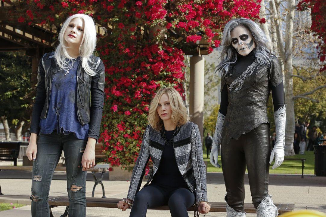 Cat Grant (Calista Flockhart, M.) gerät in die Fänge der unbarmherzigen Silver Banshee (Italia Ricci, r.) und ihrer neuen Verbündeten Livewire (Brit... - Bildquelle: 2015 Warner Bros. Entertainment, Inc.