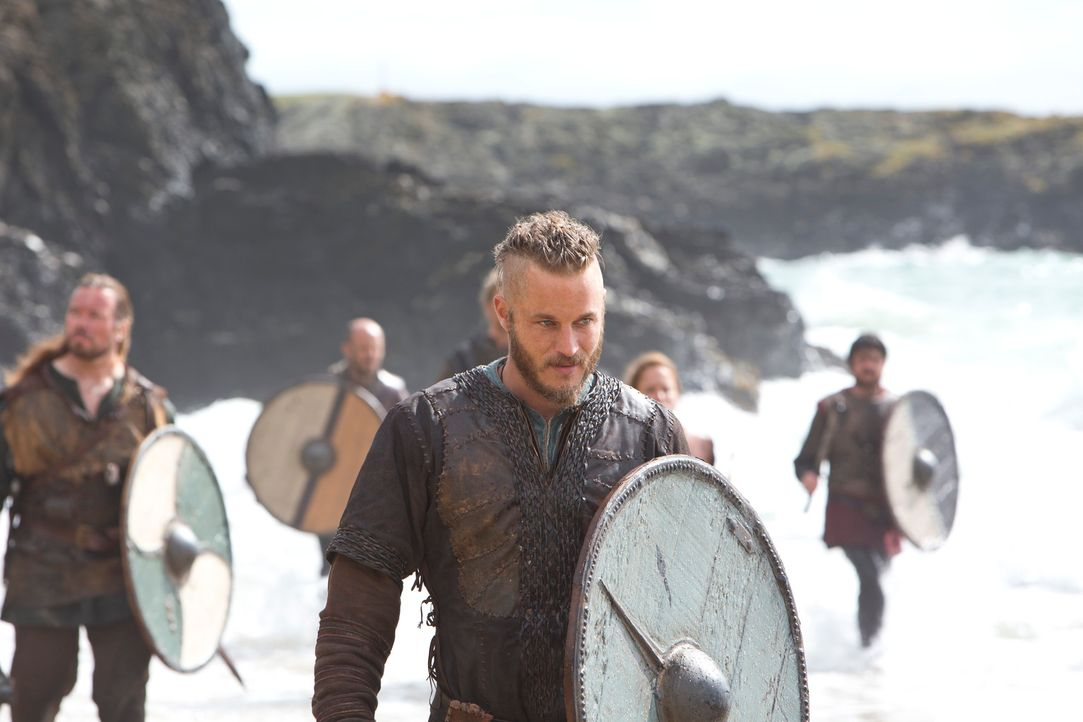 Lernt die Sprache der Engländer, um ihnen das Leben schwer machen zu können: Ragnar (Travis Fimmel) ... - Bildquelle: 2013 TM TELEVISION PRODUCTIONS LIMITED/T5 VIKINGS PRODUCTIONS INC. ALL RIGHTS RESERVED.