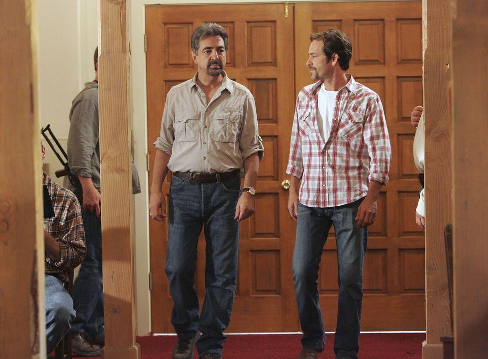 Nach alldem was vorgefallen ist, nimmt das BAU-Team Kontakt zu den Geiselnehmern auf und Rossi (Joe Mantegna, l.) wird Verhandlungsführer. Sie wäh... - Bildquelle: Touchstone Television