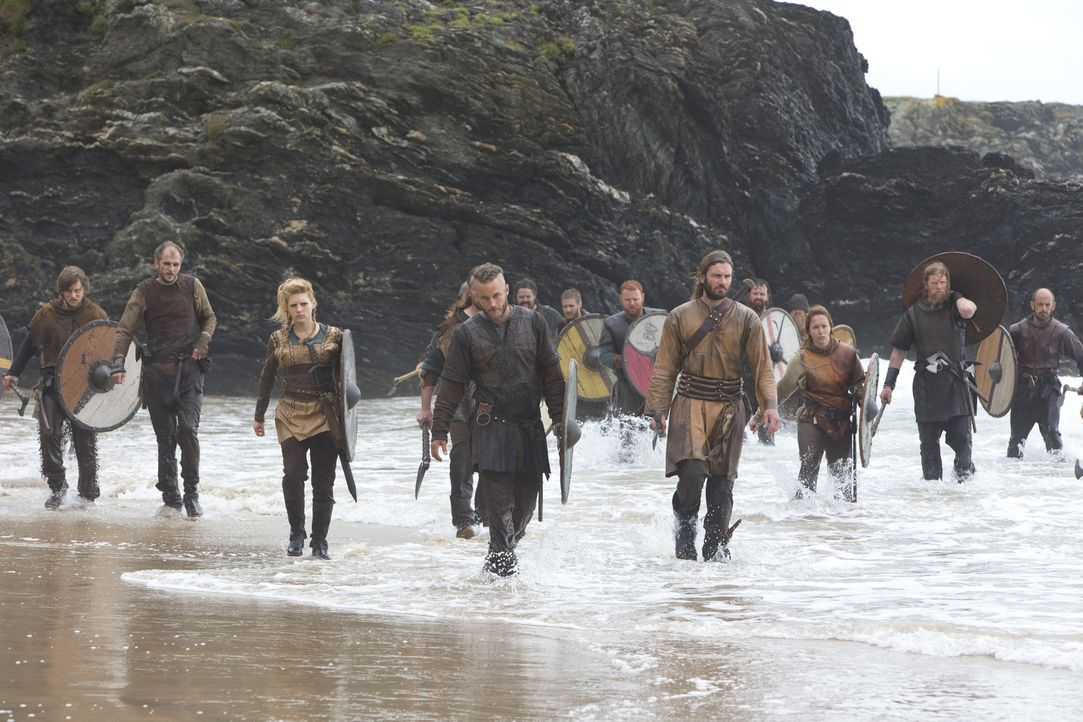 Schweren Herzens genehmigt Earl Haraldson den Kriegern, Ragnar (Travis Fimmel, 4.v.l.), Lagertha (Katheryn Winnick, 3.v.l.) und Rollo (Clive Standen... - Bildquelle: 2013 TM TELEVISION PRODUCTIONS LIMITED/T5 VIKINGS PRODUCTIONS INC. ALL RIGHTS RESERVED.