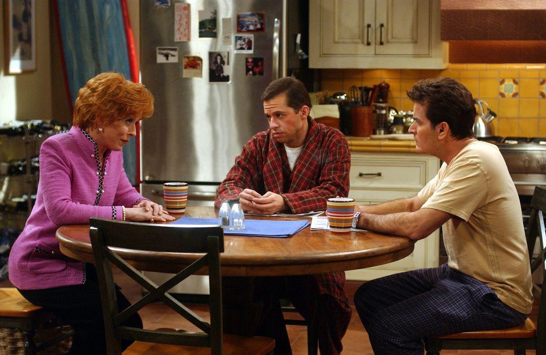 Eines Tages verlangen Alan (Jon Cryer, M.) und Charlie (Charlie Sheen , r.) von Bill, dass er Evelyn (Holland Taylor, l.) die Wahrheit über seine Ve... - Bildquelle: Warner Brothers Entertainment Inc.