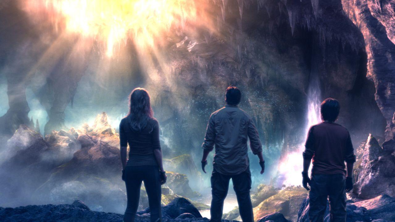 Trevor (Brendan Fraser, M.), Hannah (Anita Briem, l.) und Sean (Josh Hutcherson, r.) bestaunen den Mittelpunkt der Welt ... - Bildquelle: 2007 New Line Productions, Inc. and Walden Media, LLC.
