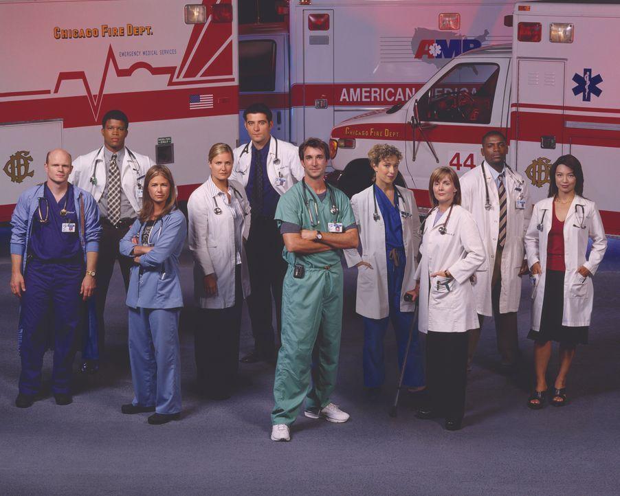 (10. Staffel) - Das Team der Notaufnahme: Dr. John Carter (Noah Wyle, 5.v.r.), Dr. Kerry Weaver (Laura Innes, 3.v.r.), Abby Lockhart (Maura Tierney,... - Bildquelle: Warner Bros. Television
