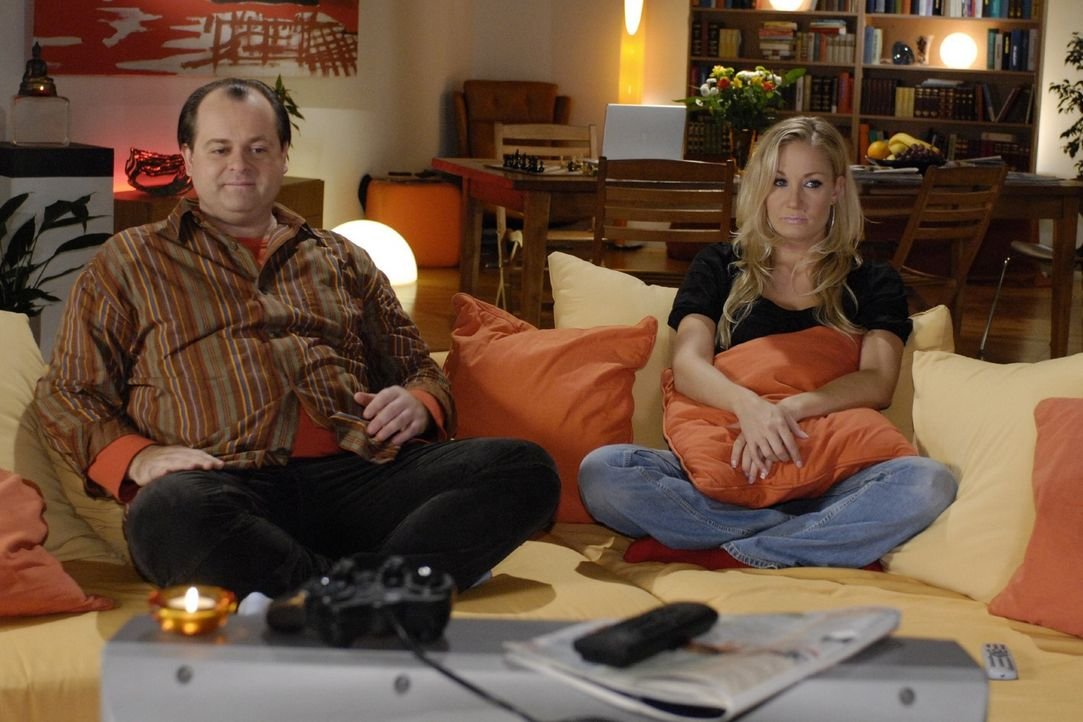 Schlechte Stimmung in der Comedy-WG: Janine (Janine Kunze, r.) ärgert sich über ihr Horoskop und Markus (Markus Majowski, l.) hat auch miese Laune. - Bildquelle: Sat.1