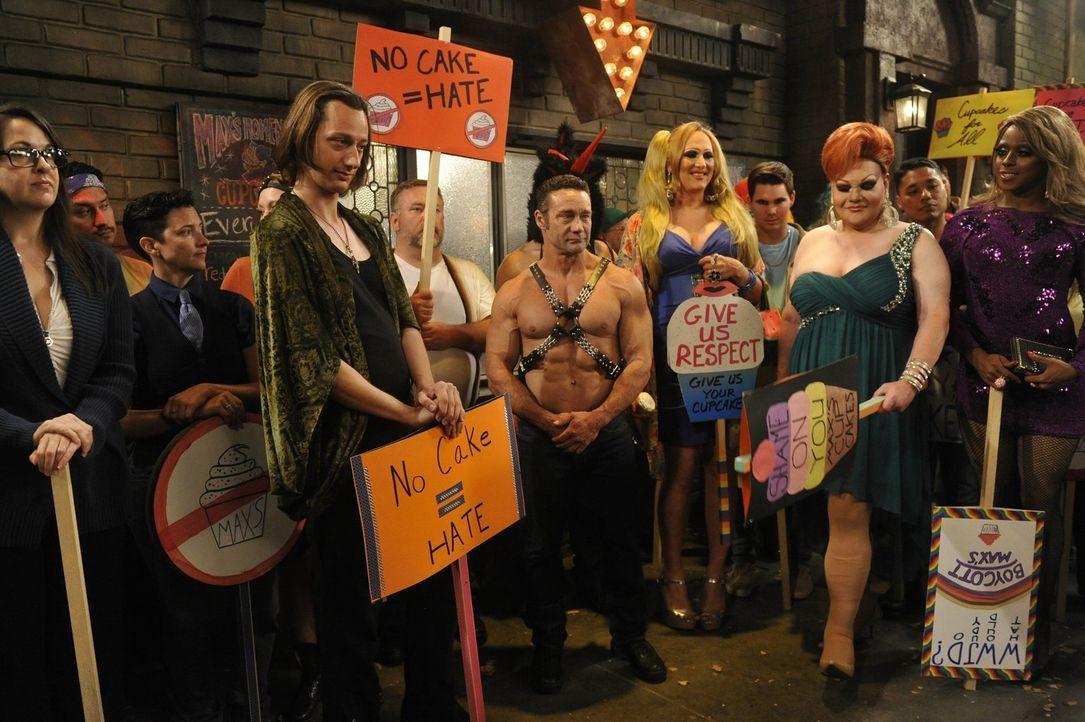 Demonstranten boykottieren das Diner, weil Caroline und Max einen Künstler wegen seiner Sexualität diskriminiert haben sollen ... - Bildquelle: Warner Brothers