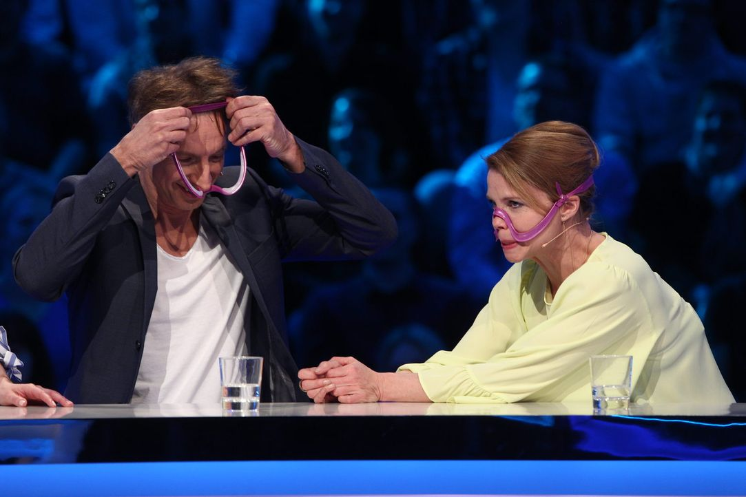 Nur wer testet, kann auch richtig raten - das hoffen zumindest Ingolf Lück (l.) und Annette Frier (r.). Doch wird ihr Plan aufgehen? - Bildquelle: Guido Ohlenbostel SAT.1