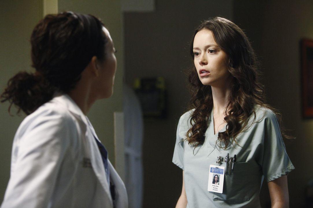 Während Derek Meredith dazu drängt, wieder mit ihm in der Neurochirurgie zu arbeiten, hegt Cristina (Sandra Oh, l.) den starken Verdacht, dass Owe... - Bildquelle: ABC Studios