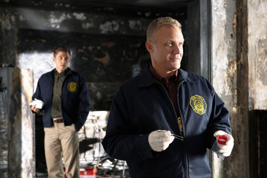 Nach einem Brand, bei dem eine Leiche gefunden wurde, beginnt Megan gemeinsam mit den Brandermittlern Ray (Terry Serpico, r.) und Skip (Aaron Tveit,... - Bildquelle: 2010 American Broadcasting Companies, Inc. All rights reserved.