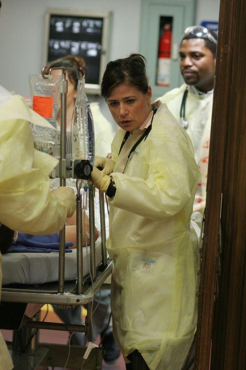 In der Notaufnahme ist die Hölle los: Abby (Maura Tierney, l.) und Pratt (Mekhi Phifer, r.) geben ihr Bestes um den Patienten zu helfen ... - Bildquelle: WARNER BROS