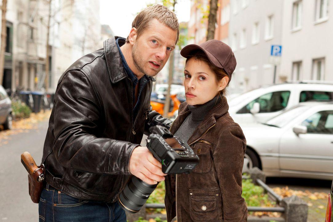Mick (Henning Baum, l.) kann es nicht glauben, aber bei der Geldübergabe taucht eine Journalistin (Anna Julia Kapfelsperger, r.) mit Kamera auf. Wer... - Bildquelle: Martin Rottenkolber SAT.1